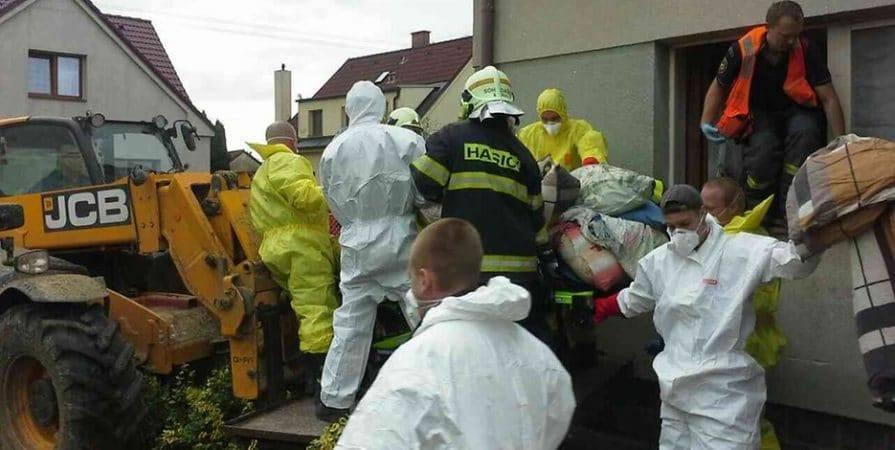 Спасателям пришлось ломать стены, чтобы вынести 300-килограммовую женщину из дома