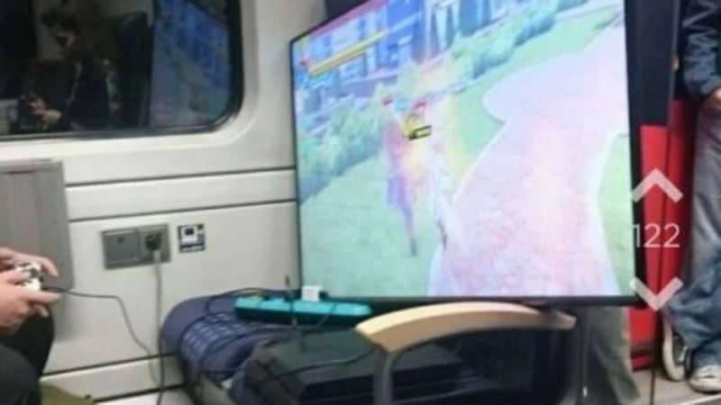 Как скоротать время в поезде? Возьмите с собой телевизор и Playstation
