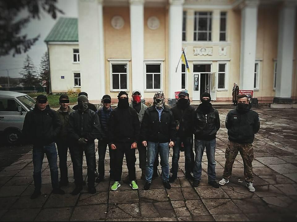 """В Почаеве """"Правый сектор"""" сорвал заседание горсовета, где должен был рассматриваться вопрос Почаевской лавры"""