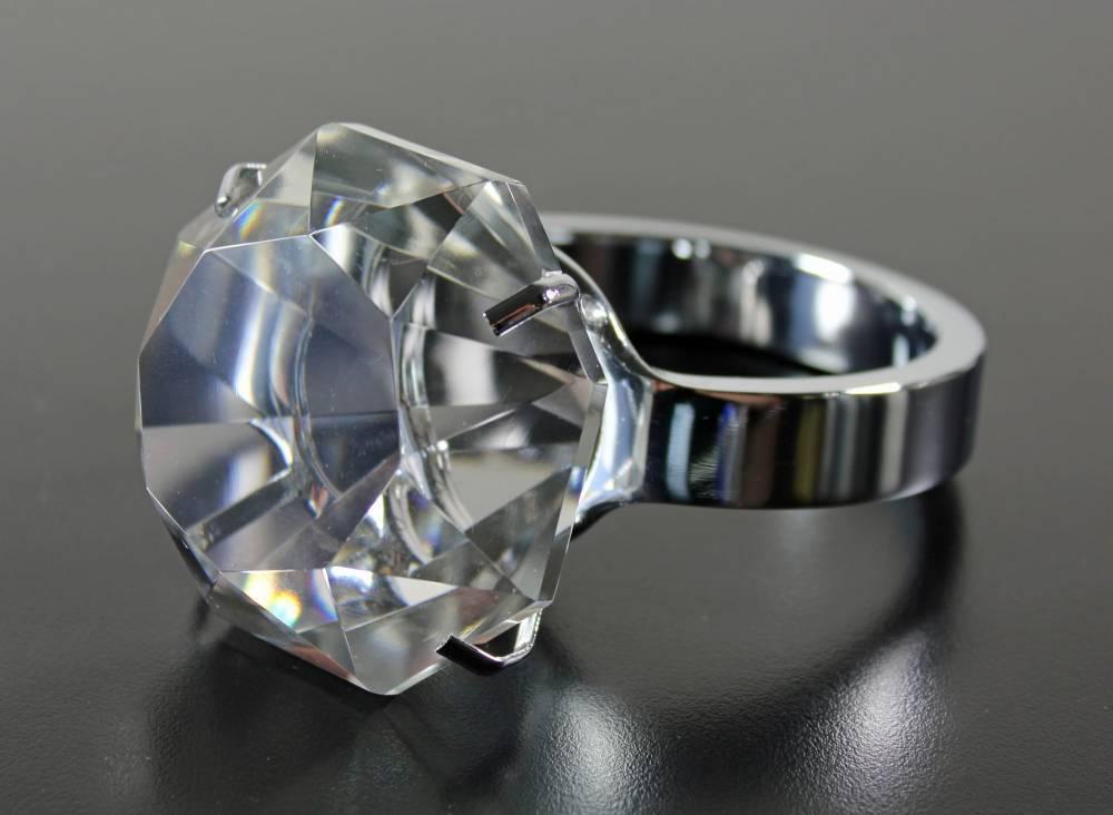 Нью-йоркские коммунальные работники нашли в мусоре кольцо с бриллиантом