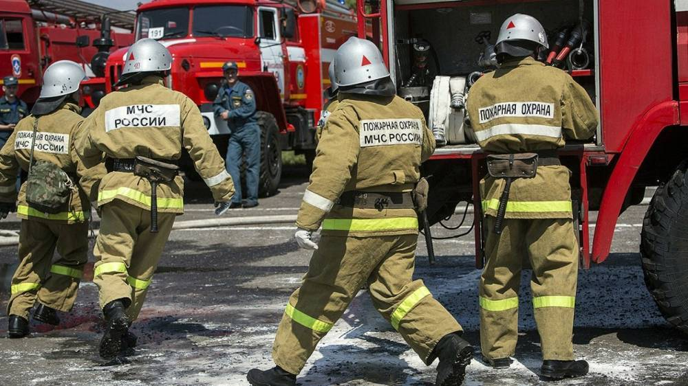 Рыболовецкое судно загорелось на причале во Владивостоке