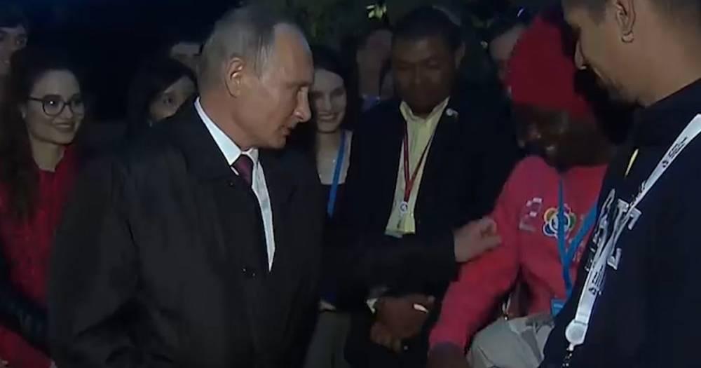 """""""Ущипни меня"""". Путин предложил иностранцу лично убедиться, что он настоящий"""