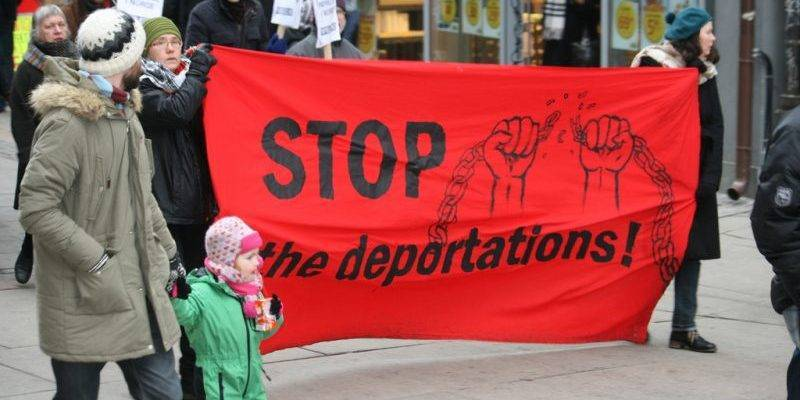 Государство хочет депортировать мужчину, который присматривает за своей женой с ограниченными возможностями