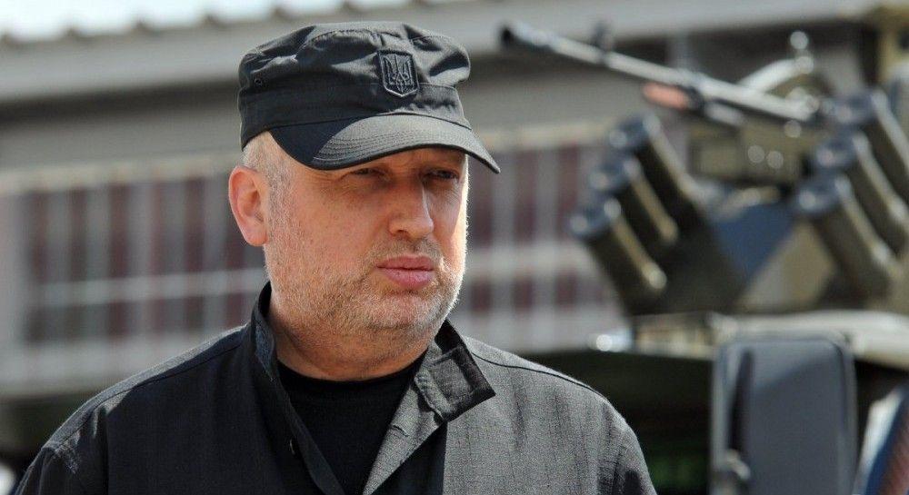 """Россия стягивает к границе Украины силы, которые хотят """"перекрасить"""" под миротворцев - Турчинов"""