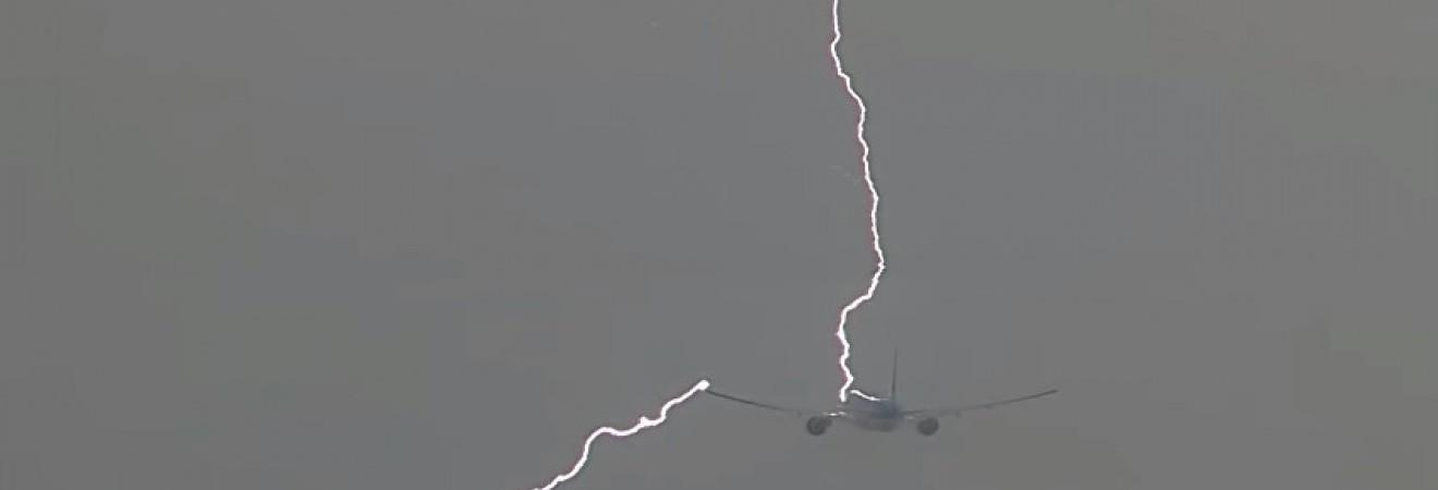 В Амстердаме сняли на видео момент попадания молнии в пассажирский самолет