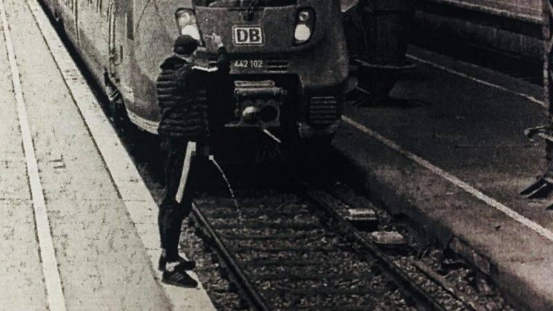 Мужчина справлял нужду на движущийся поезд