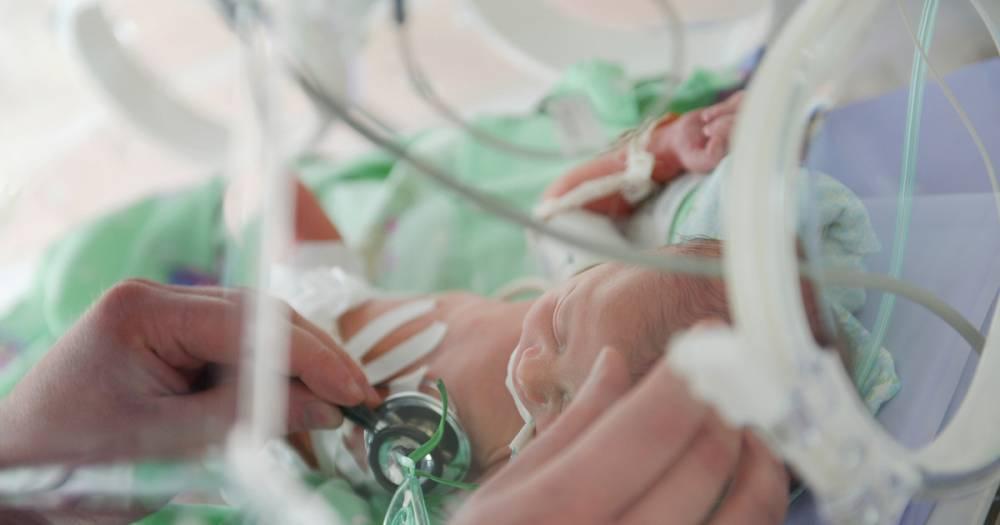 Британские врачи спасли младенца, родившегося с сердцем наружу
