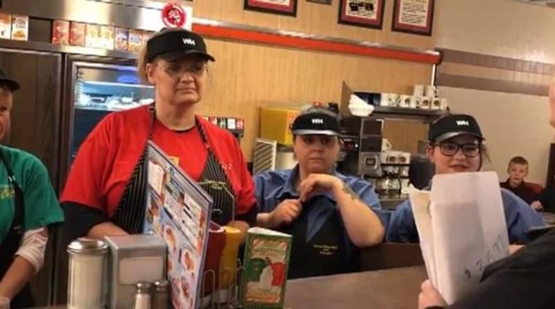 Сотрудникам кафе, работавшим в ночную смену на Рождество, собрали $3,5 тысячи