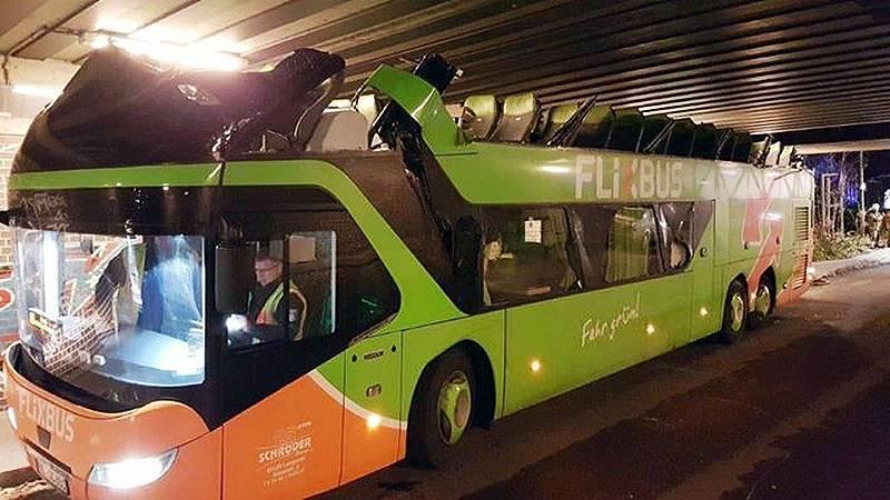 В Берлине автобусу снесло крышу