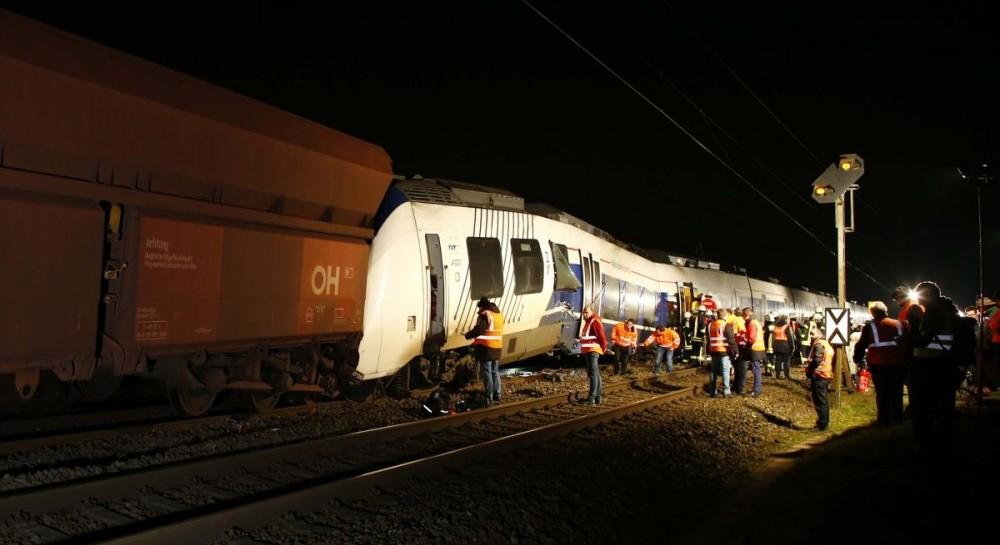 В Германии пассажирский поезд столкнулся с грузовым, около 50 пострадавших