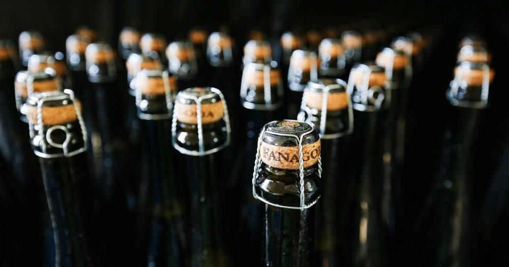 Депутат предложил разрешить круглосуточную продажу шампанского на Новый год