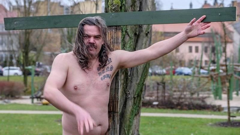 Художник в Виттенберге прибил свои гениталии к дереву