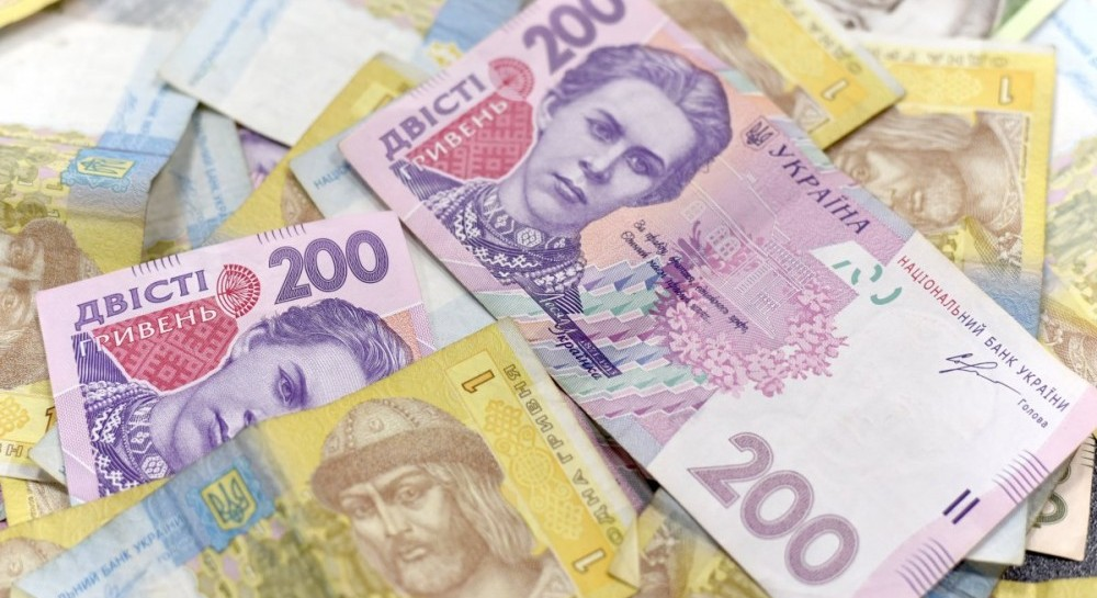 Курсы Нацбанка: гривня опустилась к доллару, но укрепилась к евро