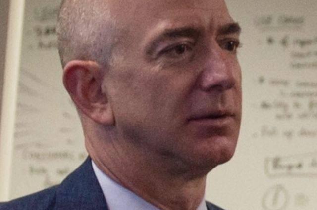 Самым богатым человеком в истории стал глава Amazon Джефф Безос