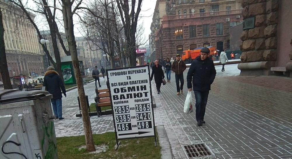 Евро в обменниках Киева стоит выше 34 гривень, доллар близится к 29