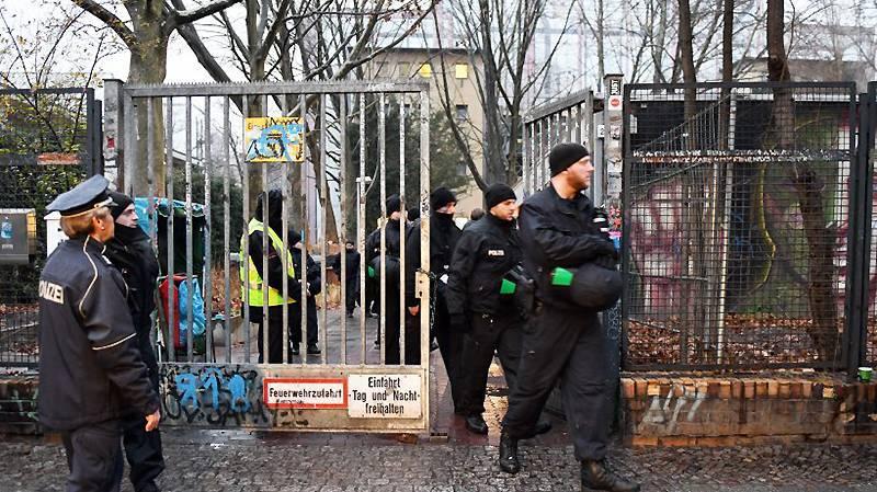 В Берлине беженцы добровольно освободили здание школы