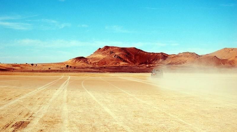 Полицейская погоня на скорости в пустыне Аризоны закончилась поцелуями (видео)