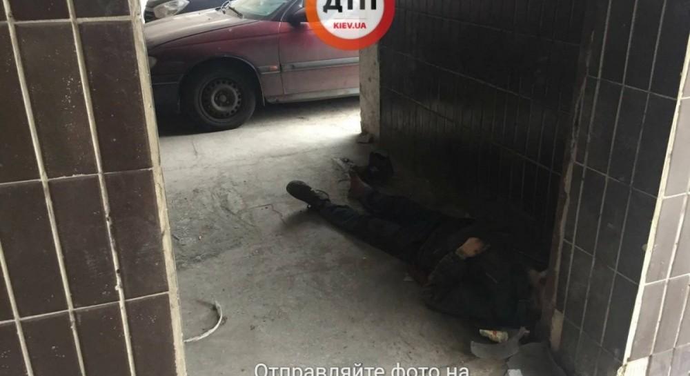 Медицинская реформа в действии или обычное безразличие: в Киеве под стенами больницы умер бездомный