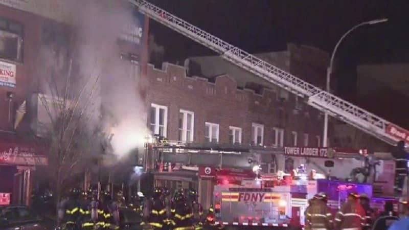 Пожар в Бруклине сжег магазин плитки: борьба с огнем продолжается