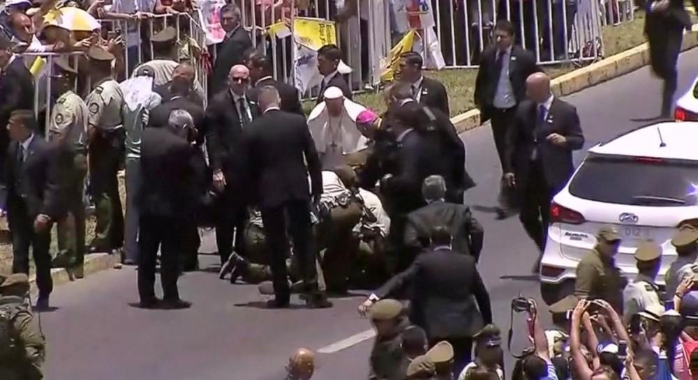 """Папа Римский остановил """"папамобиль"""", чтобы помочь упавшей с лошади полицейской"""