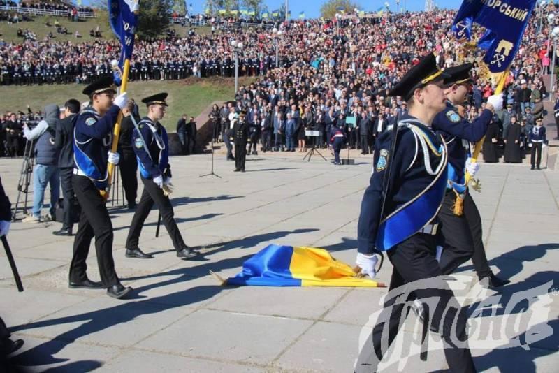 Нехорошее знамение: в Херсоне Порошенко встретили «палкой»