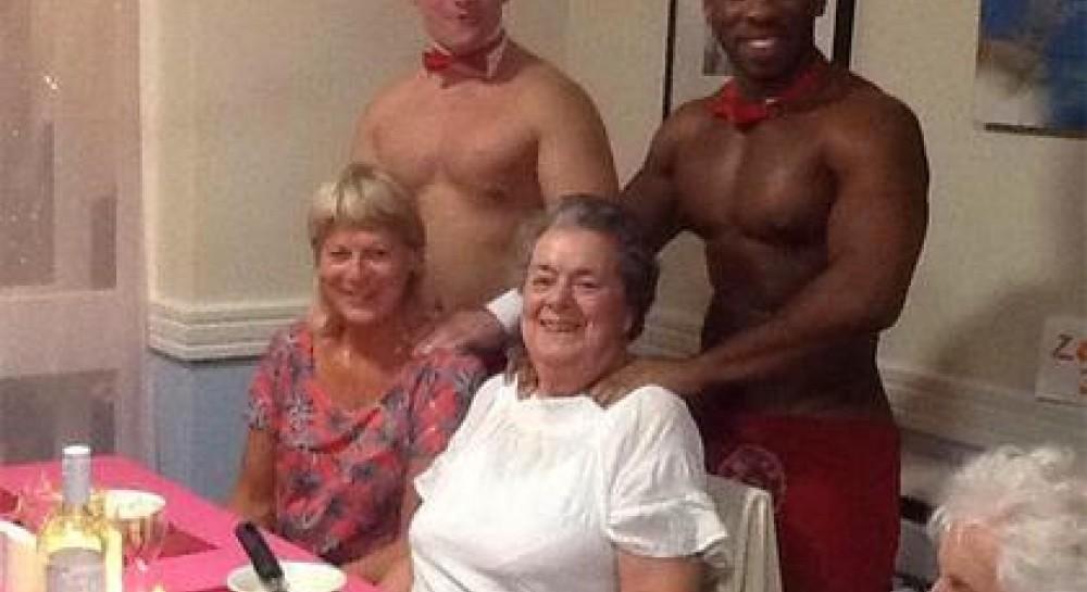 В Британии голые официанты обслужили бабушек в доме престарелых