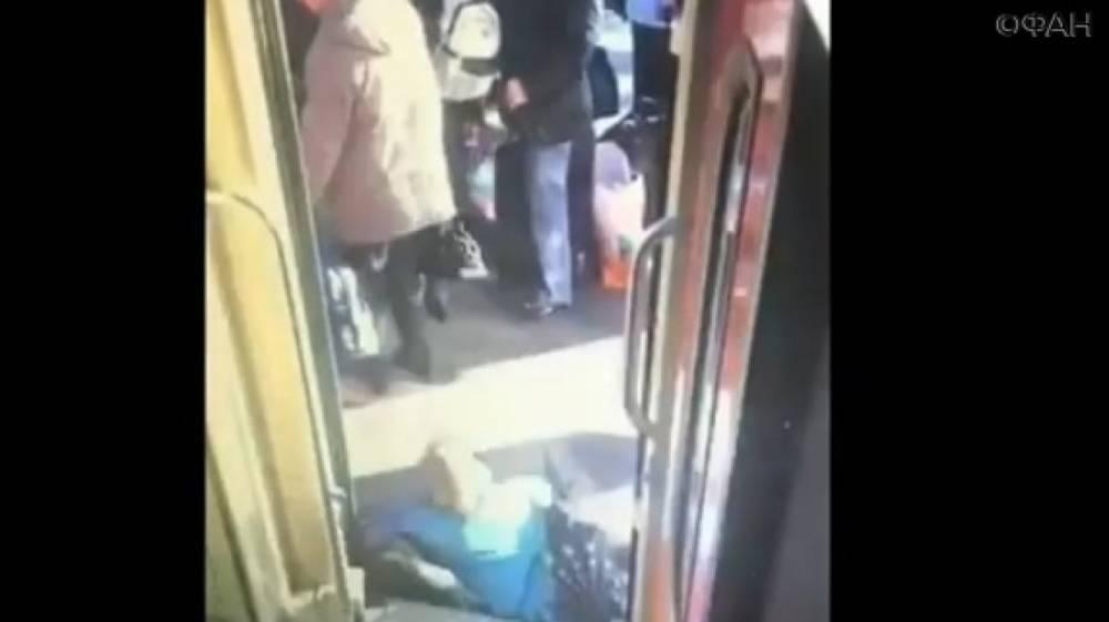 Пенсионерка рухнула между перроном и вагоном на вокзале в Петербурге: ФАН публикует видео