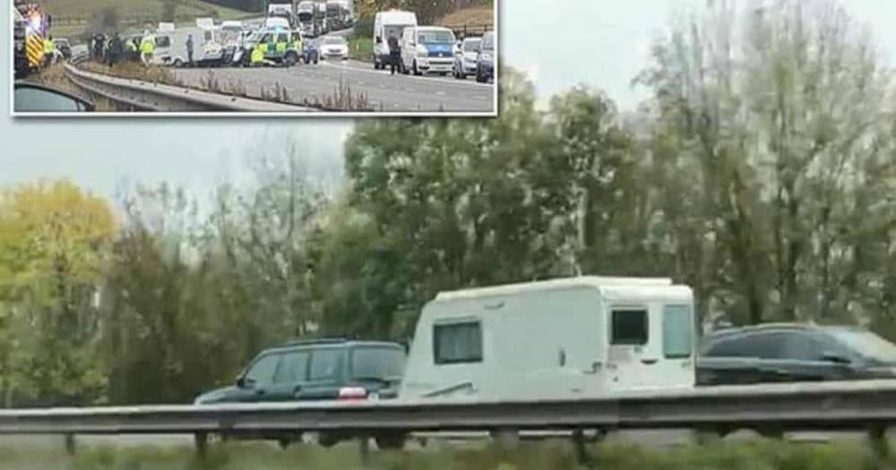 Авария в Оксфордшире: трое погибли из-за прицепа, ехавшего по встречной полосе