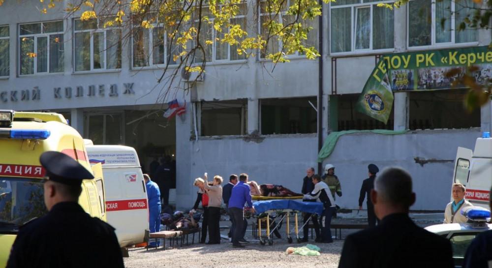 На лестнице тела погибших: убегающая от керченского стрелка студентка сняла происходящее на камеру