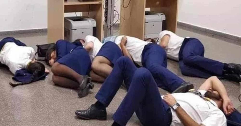 Экипаж Ryanair спит на полу аэропорта из-за отсутствия мест в гостиницах