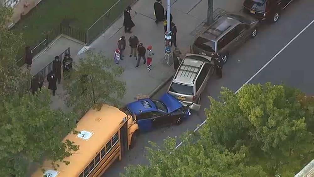 В Бруклине школьный автобус спровоцировал ДТП с участием 9 автомобилей