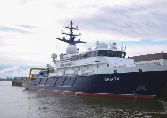 На опытовом судне «Ладога» поднят флаг ВМФ