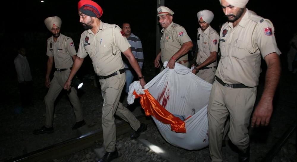 В Индии поезд наехал на толпу: количество жертв возросло