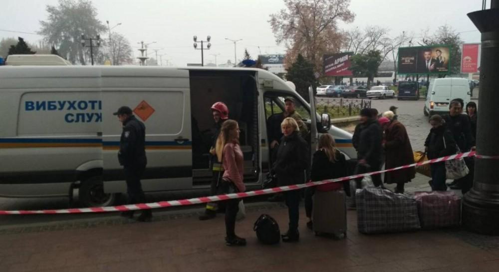 Во Львове из-за угрозы взрыва с вокзала эвакуировали около 800 человек