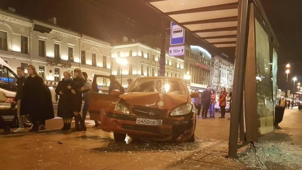 Момент наезда машины на остановку в центре Петербурга попал на видео