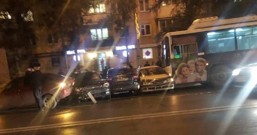 """Кондуктор """"что-то нажала"""". В Кемерове троллейбус протаранил семь машин"""