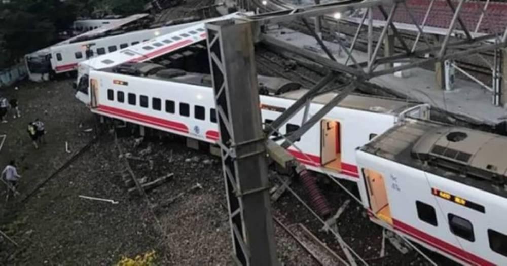 В Тайване поезд сошел с рельсов: погибло 22 человека (видео)