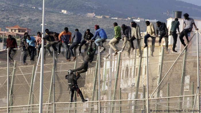 Беженцы из Африки предприняли очередную массовую попытку проникнуть в ЕС