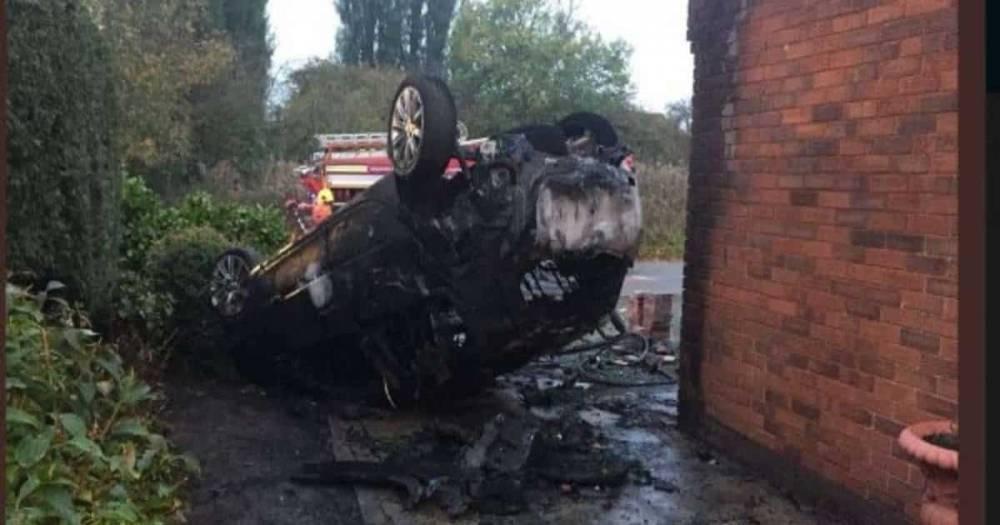 Чудесное спасение: мужчины выжили, когда их машина врезалась в дерево и вспыхнула