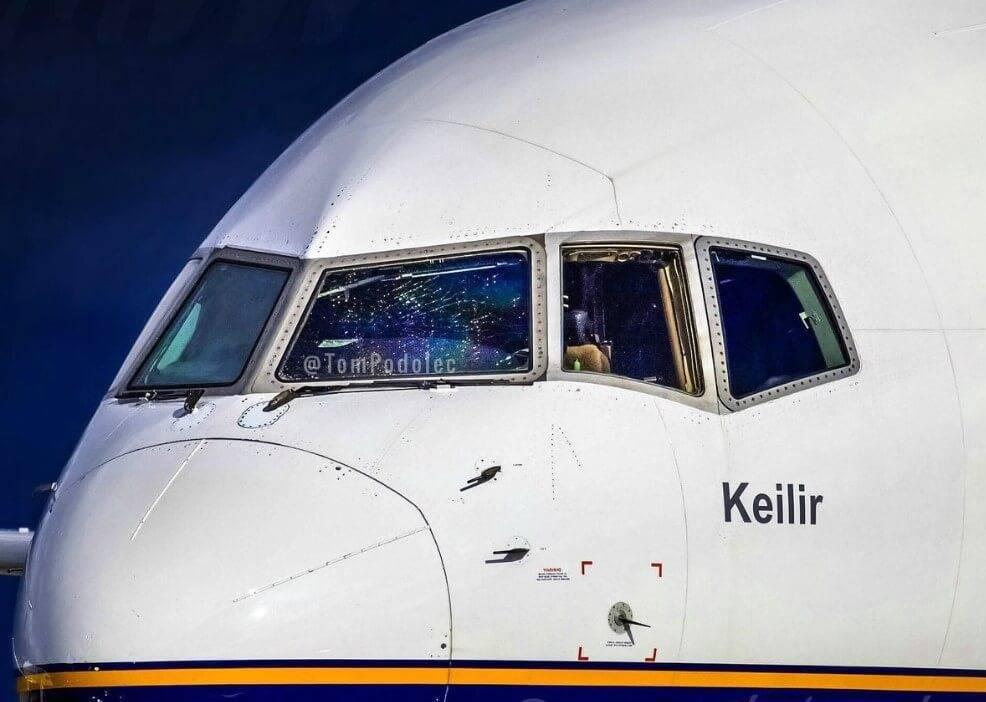 Авиарейс из Флориды едва не обернулся трагедией, когда в кабине пилотов треснул иллюминатор (Фото)