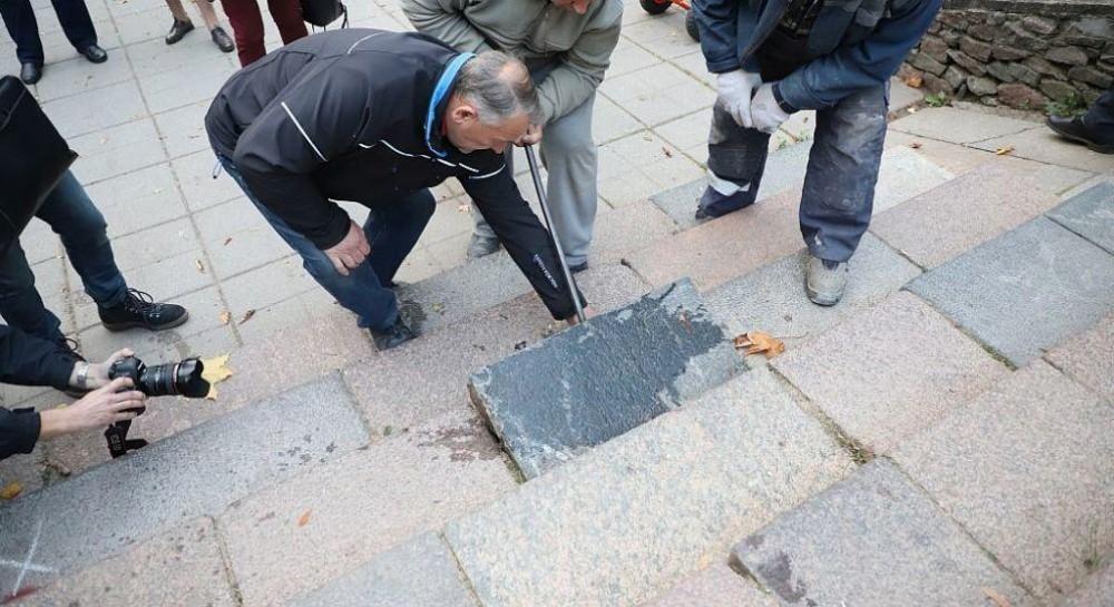 В литовском городе Шяуляе демонтируют еврейские надгробия, использованные в строительстве
