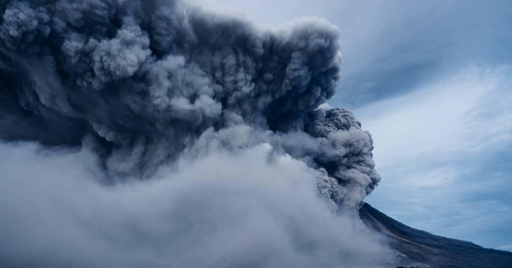 Вулкан Эбеко на Курилах выбросил пепел на высоту 4,5 километра