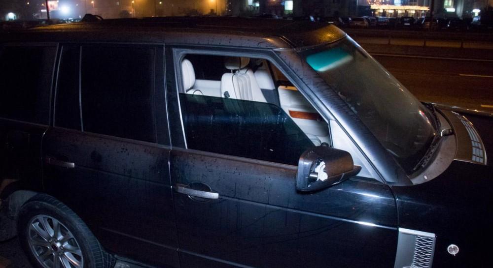 В Киеве парни на Range Rover катались с оружием в салоне и показывали оголенные ягодицы