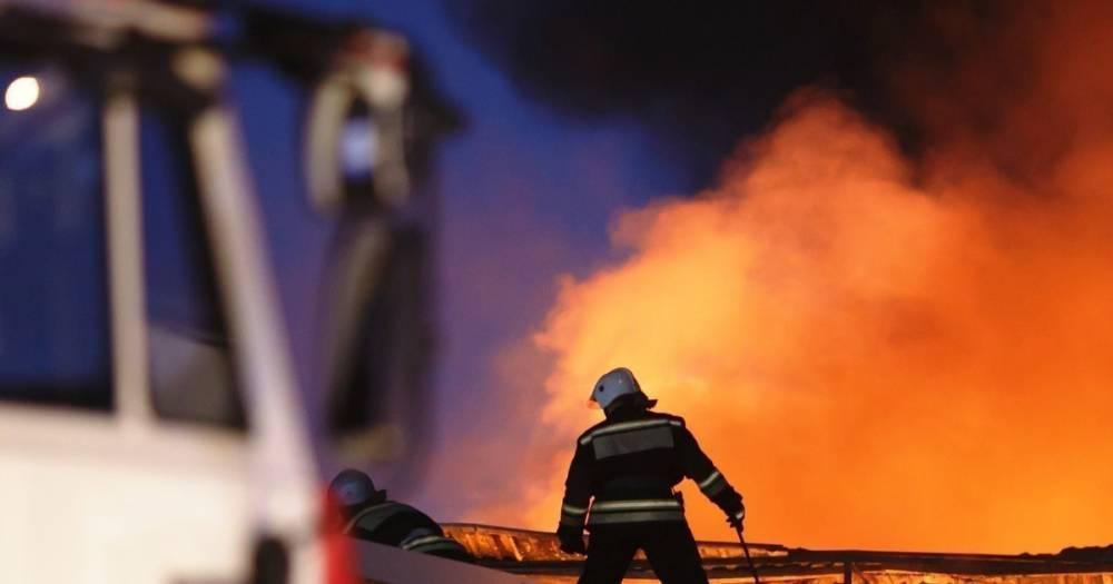 В Москве на площади 200 кв. метров горит ангар