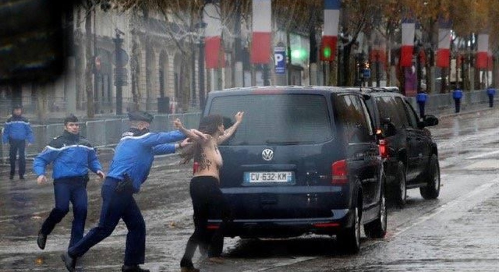 Кортеж Трампа в Париже «атаковали» полуголые активистки Femen