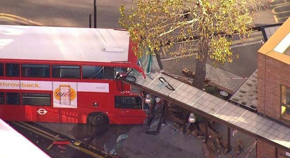 В Лондоне пьяный водитель двухэтажного автобуса протаранил остановку: десятки пострадавших