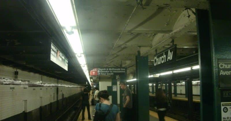 В метро Нью-Йорка мать 2 детей ударили ножом в легкое, выкрикнув расистское ругательство