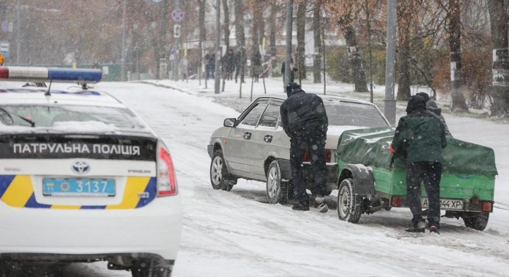 Первые снегопады в Украине: Омелян назвал количество ДТП