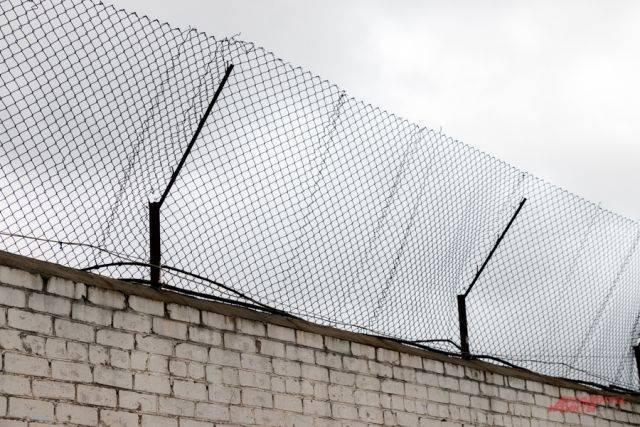 Трое приморцев пытались перебросить в СИЗО наркотики при помощи арбалета