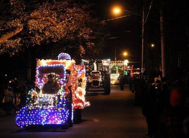 Необычное шоу в Гринвиче – парад рождественских огней на… тракторах